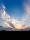 Coucher du soleil africain avec les nuages dramatiques sur le ciel Image stock