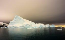Coucher du soleil antarctique avec l'iceberg Image stock