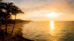 Coucher du soleil ardent au-dessus d'un océan tropical images libres de droits