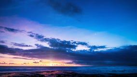 Coucher du soleil ardent dans le ciel bleu au-dessus du laps de temps d'océan clips vidéos