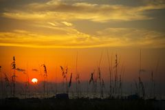 Coucher du soleil ardent de la plage Image stock