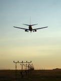 Coucher du soleil atterrissant 737 Photographie stock