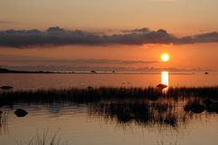 Coucher du soleil au bord de la mer images stock