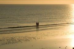 Coucher du soleil au bord de la mer Photographie stock libre de droits