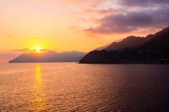 Coucher du soleil au bord de la mer dans Manarola Image stock