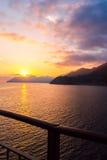 Coucher du soleil au bord de la mer dans Manarola Photo libre de droits