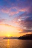 Coucher du soleil au bord de la mer dans Manarola Photos libres de droits