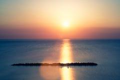 Coucher du soleil au bord de la mer en été Image libre de droits