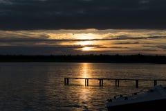 Coucher du soleil au bord de lac photos stock