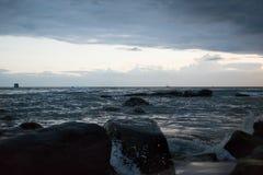 Coucher du soleil au Cambodge au bord de la mer Petit pain de vagues de mer sur des sables et des roches Image stock