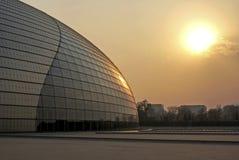 Coucher du soleil au centre de Pékin pour des arts du spectacle, théâtre grand national Pékin, Chine Image libre de droits