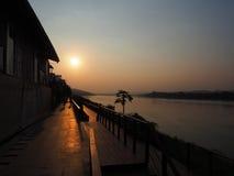 Coucher du soleil au delà du Mekong, Thaïlande Photographie stock