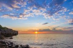 Coucher du soleil au-dessus ciel d'horizon de littoral de beau Photo libre de droits