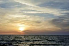 Coucher du soleil au-dessus du ciel de la Mer Noire, dramatique et vibrant photo stock