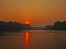 Coucher du soleil au-dessus d'île de Cat Ba Image stock