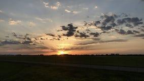 Coucher du soleil au-dessus d'aéroport de Stuttgart Photo stock