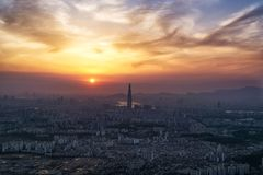 Coucher du soleil au-dessus d'air poussiéreux à Séoul Photos libres de droits
