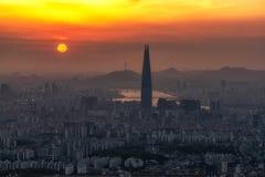 Coucher du soleil au-dessus d'air poussiéreux à Séoul Image libre de droits