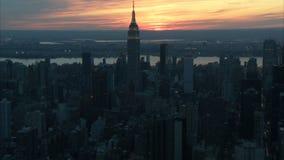 Coucher du soleil au-dessus d'antenne de New York City clips vidéos