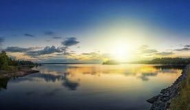 Coucher du soleil au-dessus d'archipel Image stock