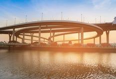 Coucher du soleil au-dessus d'avant de rivière d'intersection de route photographie stock libre de droits