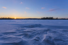 Coucher du soleil au-dessus d'Eagle Lake congelé Photographie stock libre de droits