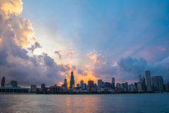 Coucher du soleil au-dessus d'horizon de Chicago Photo stock