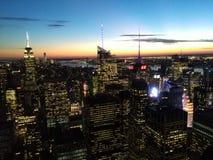 Coucher du soleil au-dessus d'horizon de New York City Photos stock
