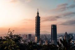 Coucher du soleil au-dessus d'horizon de Taïpeh taiwan Le gratte-ciel de Taïpeh 101 a comporté photographie stock