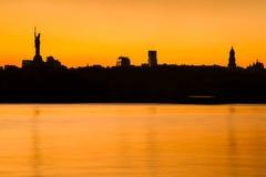 Coucher du soleil au-dessus d'horizon de ville de Kiev Image stock
