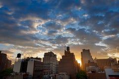 Coucher du soleil au-dessus d'horizon et de nuages de NYC photographie stock
