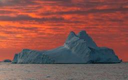 Coucher du soleil au-dessus d'iceberg superficiel par les agents, Antarctique images libres de droits