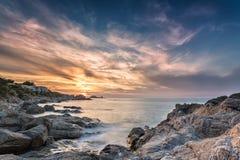 Coucher du soleil au-dessus d'Ile Rousse en Corse Images stock