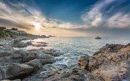 Coucher du soleil au-dessus d'Ile Rousse en Corse Photo stock