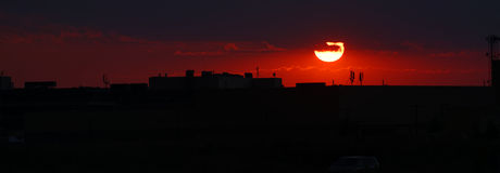 Coucher du soleil au-dessus d'institut d'INMH à Bucarest images stock