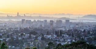 Coucher du soleil au-dessus d'Oakland et de San Francisco Hazy Skylines Images libres de droits