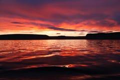 Coucher du soleil au-dessus d'océan arctique Photo libre de droits