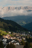 Coucher du soleil au-dessus d'Ortisei au Tyrol du sud Image libre de droits