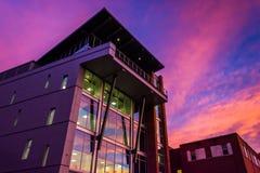 Coucher du soleil au-dessus d'un bâtiment moderne à York, Pennsylvanie Photographie stock libre de droits
