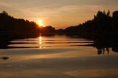 Coucher du soleil au-dessus d'un fleuve Image libre de droits