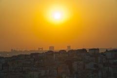 Coucher du soleil au-dessus d'un grand paysage urbain Photo stock