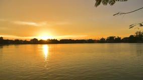 Coucher du soleil au-dessus d'un lac calme pendant l'été banque de vidéos