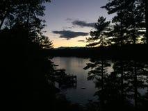 Coucher du soleil au-dessus d'un lac de montagne image libre de droits