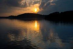 Coucher du soleil au-dessus d'un lac en ?t? images stock