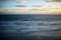 Coucher du soleil au-dessus d'un océan calme en Floride, Etats-Unis photographie stock libre de droits