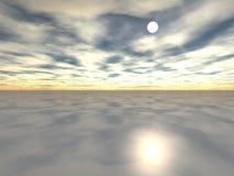 Coucher du soleil au-dessus d'un océan dans un brouillard Photographie stock libre de droits