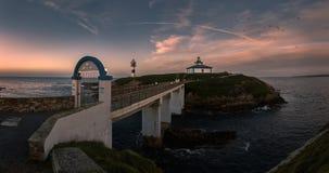 Coucher du soleil au-dessus d'un phare en île photographie stock libre de droits