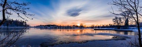 Coucher du soleil au-dessus d'un varmland neigeux et froid, Suède photos libres de droits