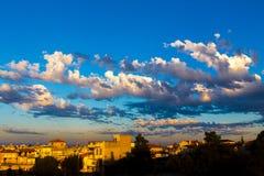 Coucher du soleil au-dessus d'un village grec Images stock