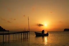 Coucher du soleil au-dessus d'une île grecque.   Photos stock